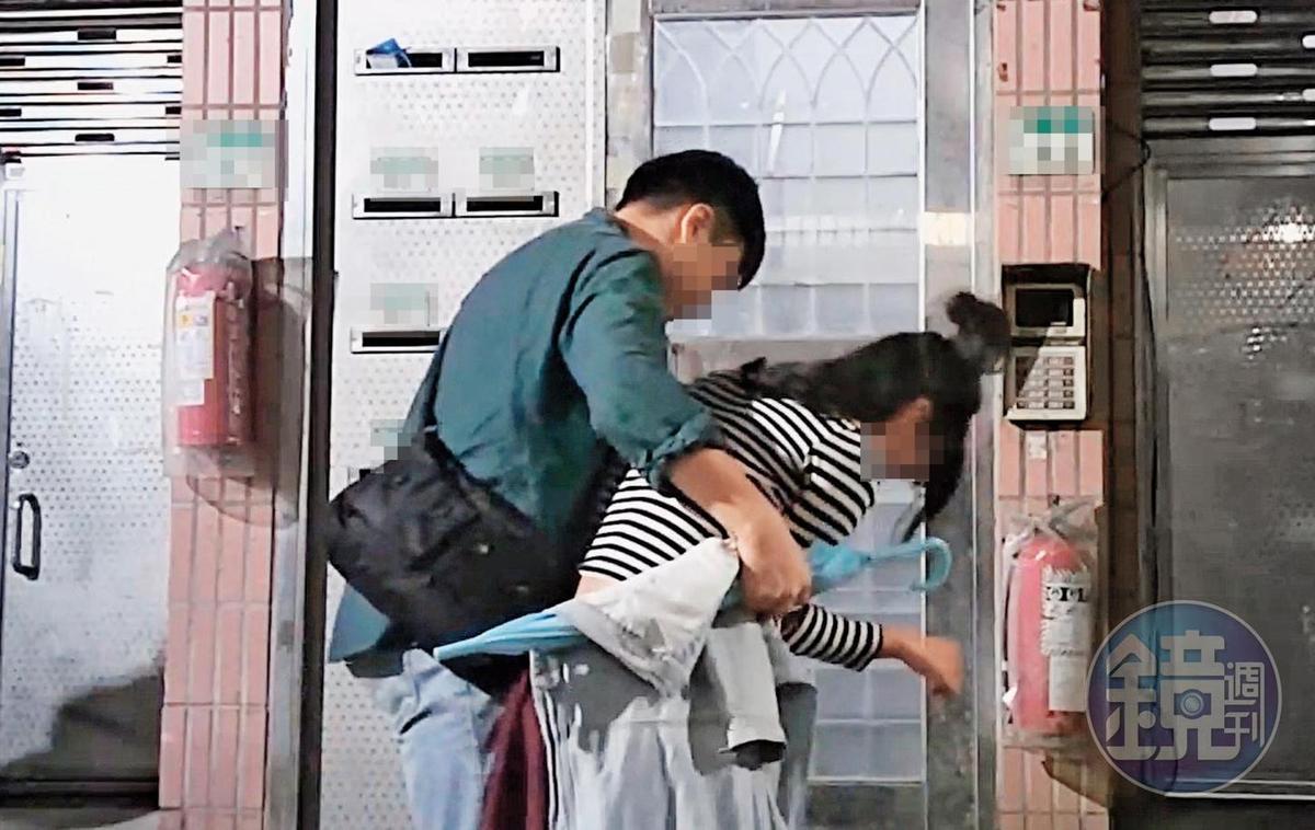 10月31日23:57,本刊直擊,劉男仍與同是電視台記者的前女友同居,前女友這晚喝得爛醉回劉家,還需要靠男性友人攙扶。