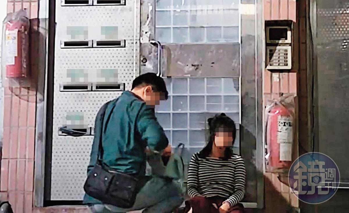 23:58,劉男的前女友不勝酒力,直接坐躺在劉家一樓大門口。