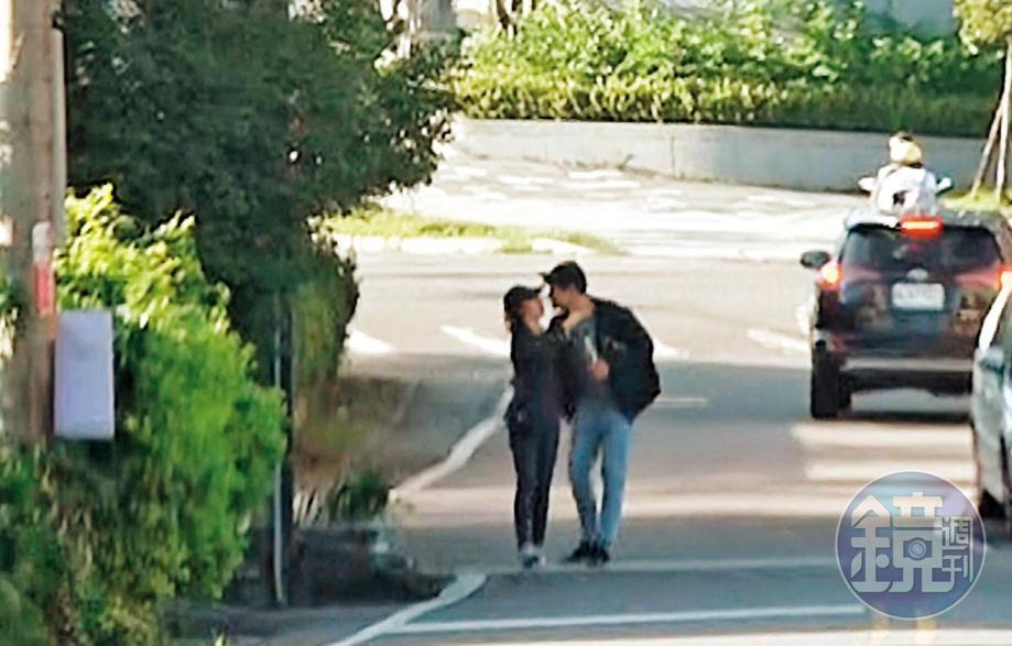 11月9日15:11,餐後熊抱激吻:愛意藏不住!劉男在頭城路邊直接熊抱起學姐激吻,接著還「倒退嚕」邊走邊親,熱吻長達20秒。