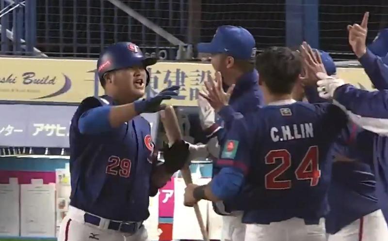 7局上,陳俊秀一支3分打點全壘打,讓台灣隊以6比0大幅領先南韓。(翻攝自WBSC推特)