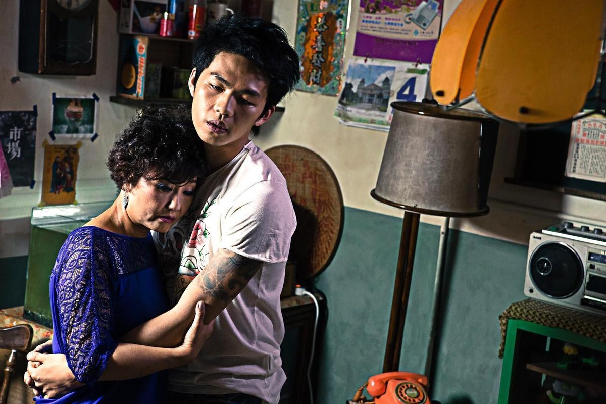 呂雪鳳(左)、李鴻其(右)主演的《醉.生夢死》反映張作驥當時擔心母親死亡的恐懼。(張作驥電影工作室提供)