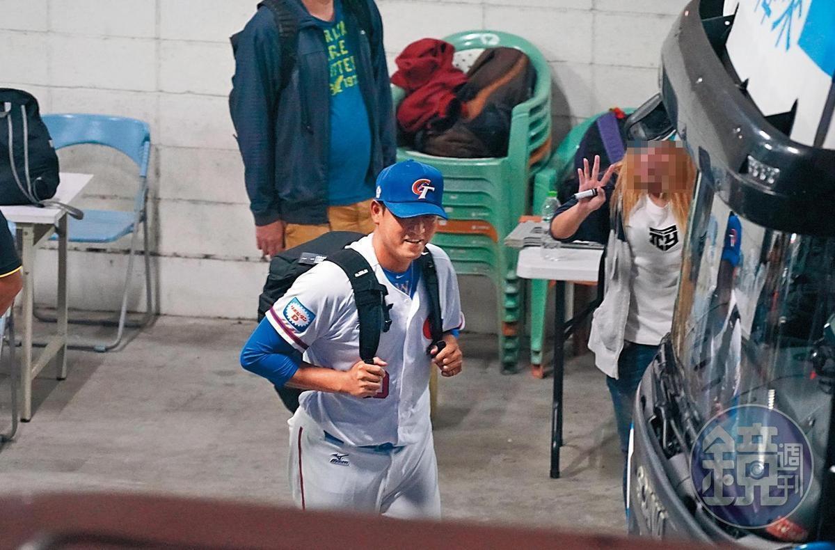 11/7 22:45 結束多日的激情比賽,王建民(前)跟著球團搭上巴士回飯店。