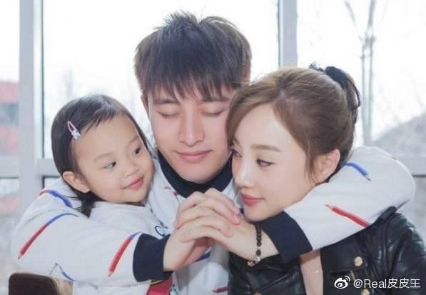 李小璐過往一家三口很幸福,如今家庭已破碎。(翻攝自微博)