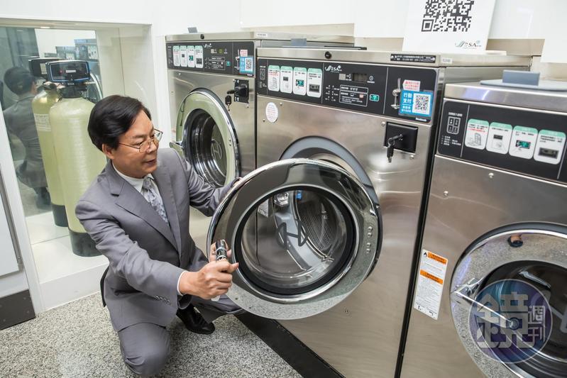 吳明富40年前棄公職創上洋產業,首創全台自助洗衣店,靠著銅板經濟拚成全台商用自助洗衣王。