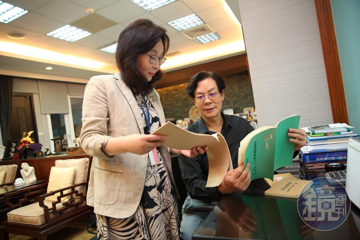 吳明富(右)至今仍保留當年「台灣自助洗衣」加盟企劃書,妻子黃寶卿(左)在他創業第5年時辭去新聞局公職,夫唱婦隨共同打拚。