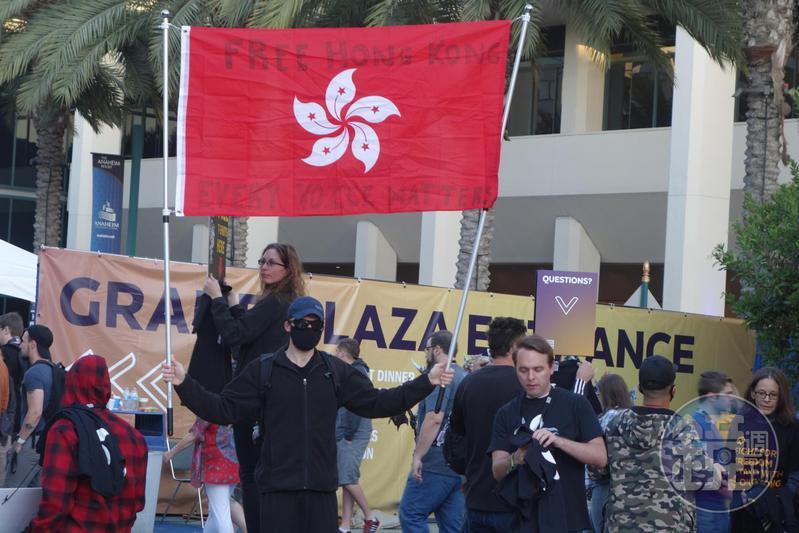 2019BlizzCon場外聚集因為「聰哥事件」而來的抗議群眾,但抗議活動整體相當平和。