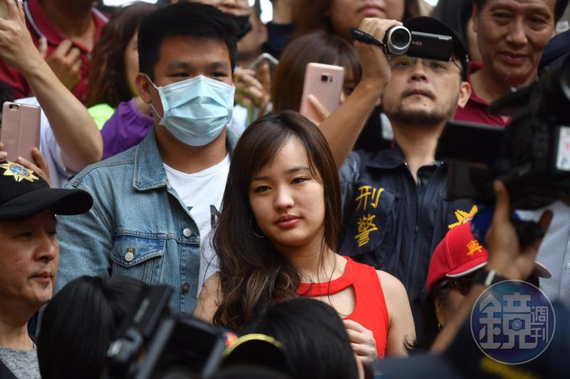 韓國瑜大女兒韓冰(圖紅衣者)堪稱父親當選高雄市長的最佳助選員,她持有加拿大房產一事也意外成焦點。圖為本刊資料照。