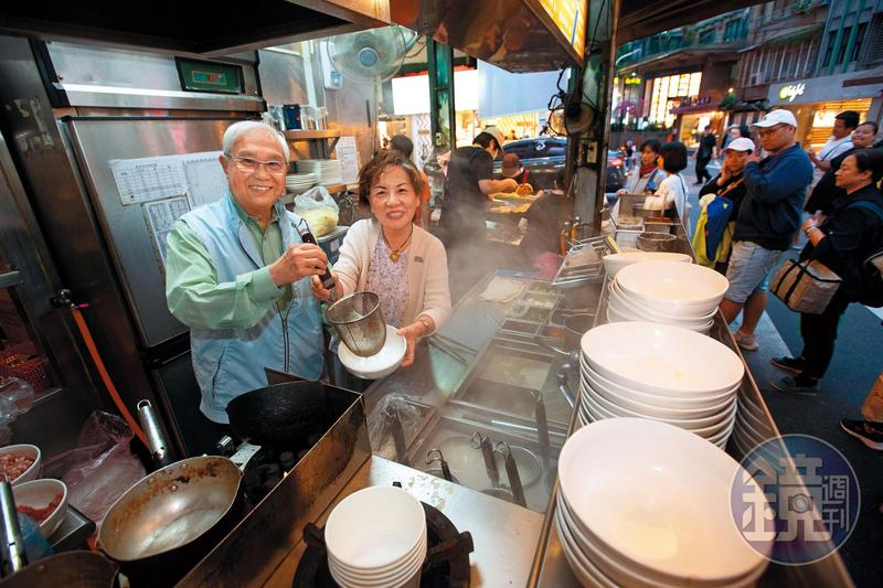 杜漢琛(左)是越南華僑,1980年他與妻子鄭曼蕙(右)在永康街以攤車賣起家鄉味越南河粉。
