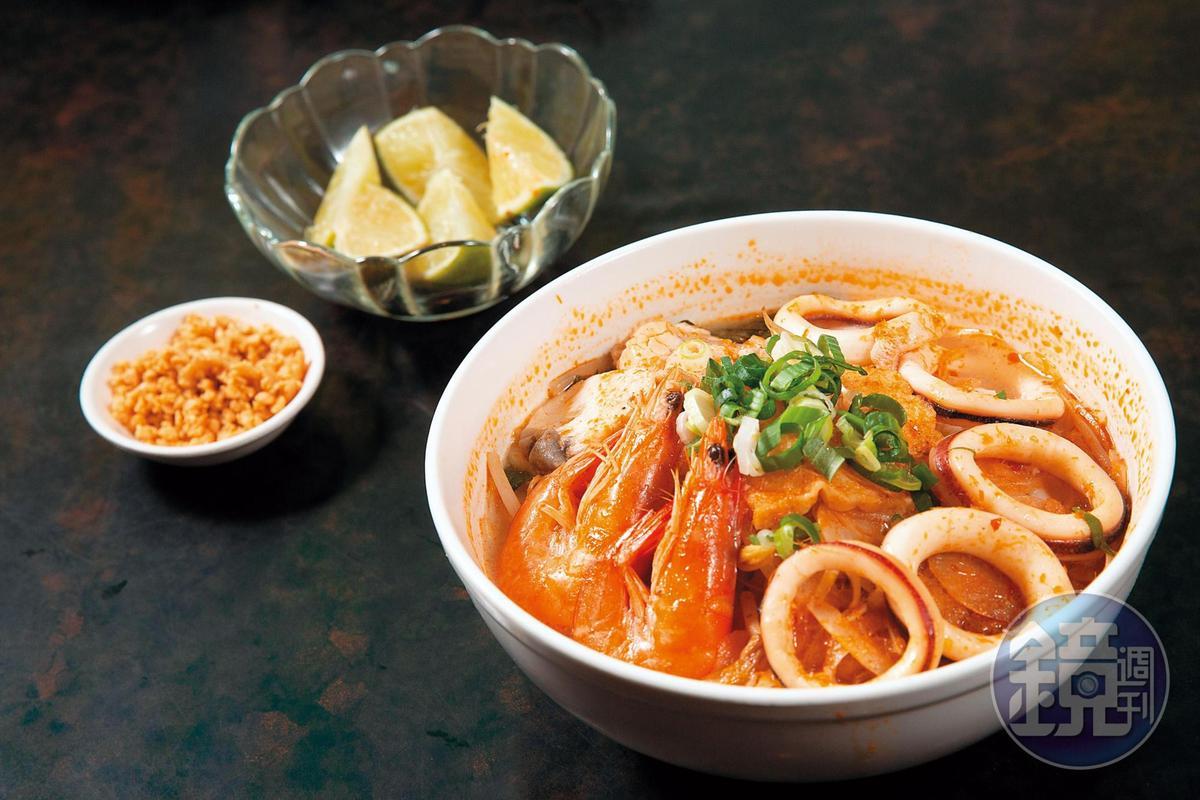 使用鮮蝦、巴沙魚熬煮的海鮮河粉,是道地的南洋酸辣口味。(165元/份)