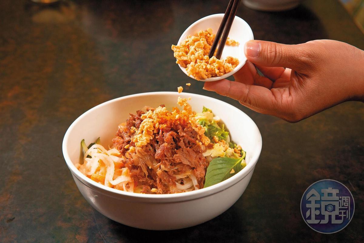 乾拌豬肉米線以大火快炒豬肉,搭配生菜、酸甜魚露醬以及花生米。(120元/份)