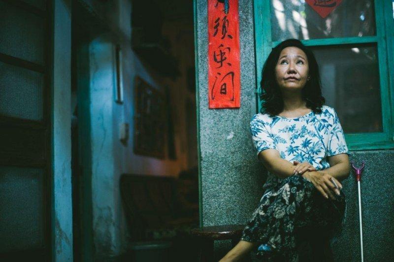 《那個我最親愛的陌生人》呂雪鳳扮演母親玉鳳,一生都在承受各種委屈,最後終於讓崩潰。(海鵬影業提供)