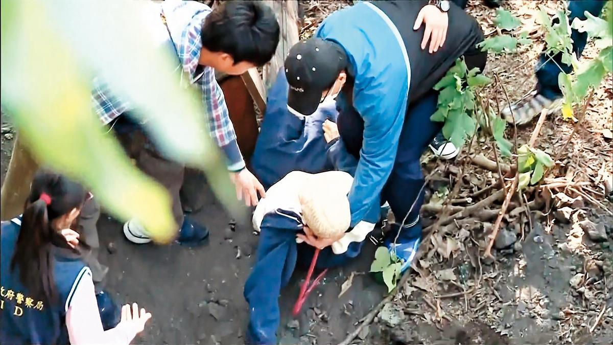 坦承殺害陳女後,警方將黃文進帶回埋屍地現場模擬。(東森新聞提供)
