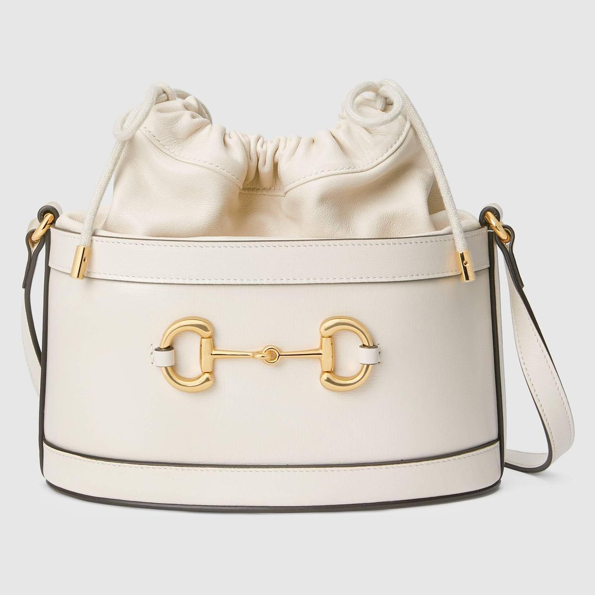 GUCCI 1955 Horsebit白色馬銜鍊水桶包。NT$67,500(GUCCI提供)