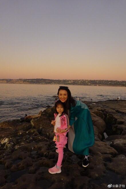 章子怡在微博曬出她帶自己的女兒「醒醒」去海邊玩的照片。(翻攝自微博)