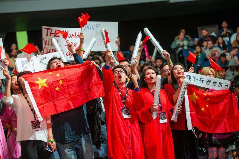 中國電競在政府大力推動下,整體實力已逐漸逼近韓國。圖為《鬥陣特攻》世界盃現場加油觀眾。(圖片來源:暴雪娛樂)