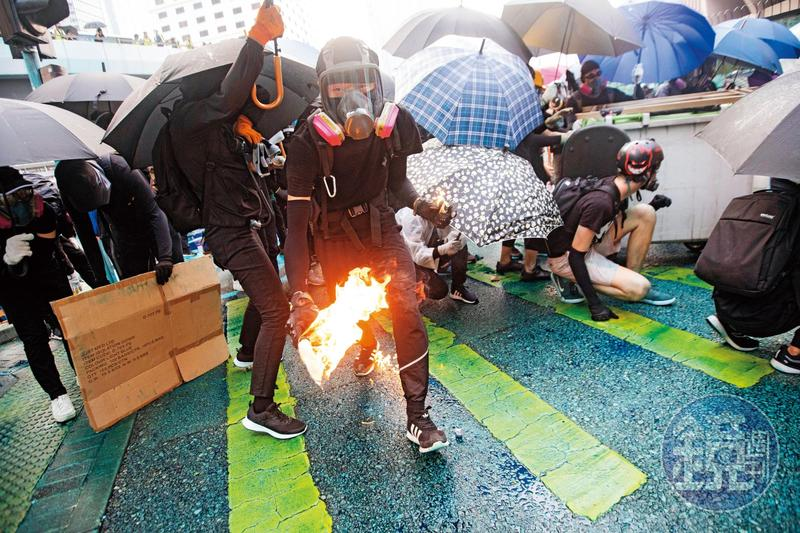 全球群眾抗爭已成燎原之勢,動輒百萬人的示威抗議像瘟疫一樣蔓延。