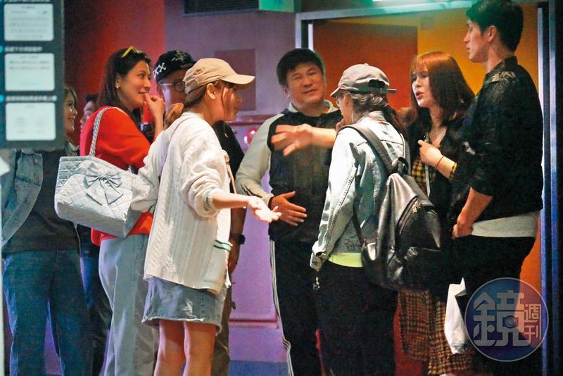 11/14 00:06  中華隊赴日比賽之際,陽岱鋼(右)夫婦低調回國,和胡瓜(中)、丁柔安等人看電影。