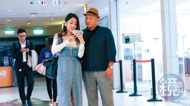 10月29日22:20,大愷跟長髮正妹在信義區百貨公司逛街,兩人雖沒牽手,但互動像情侶。