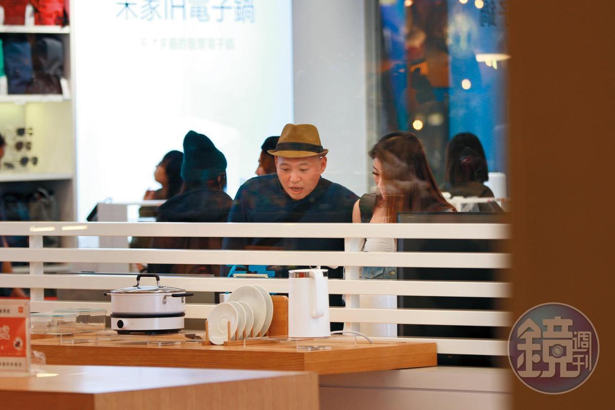 10月29日22:12,大愷和長髮正妹在百貨公司內閒逛,看到有興趣的東西,兩人都停下來研究。