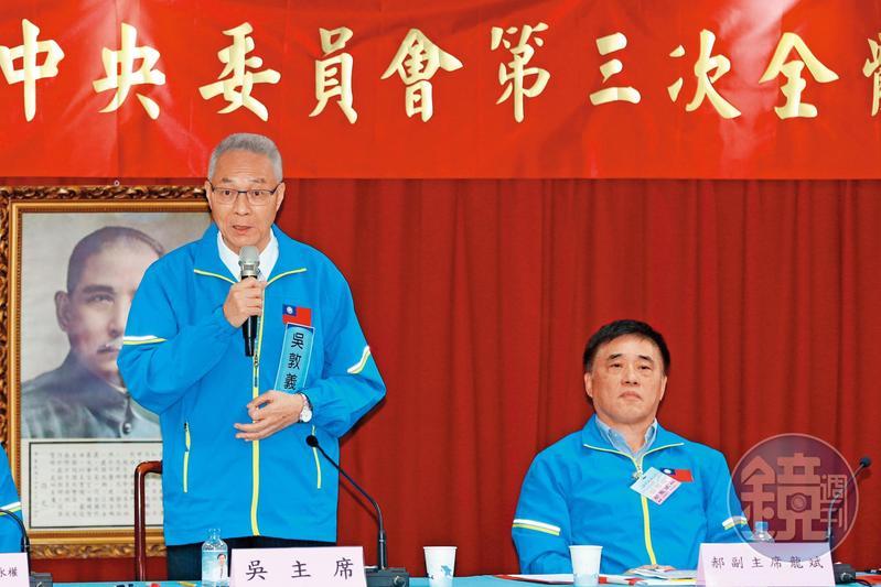 郝龍斌(右)在中常會上嗆聲「吳主席退出不分區」後,與吳敦義(左)的關係降到冰點。