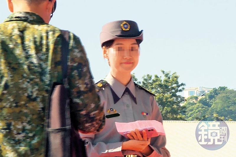 洪姓女士官外型亮麗,被選為黑鷹直升機隊成軍典禮的接待人員。(讀者提供)