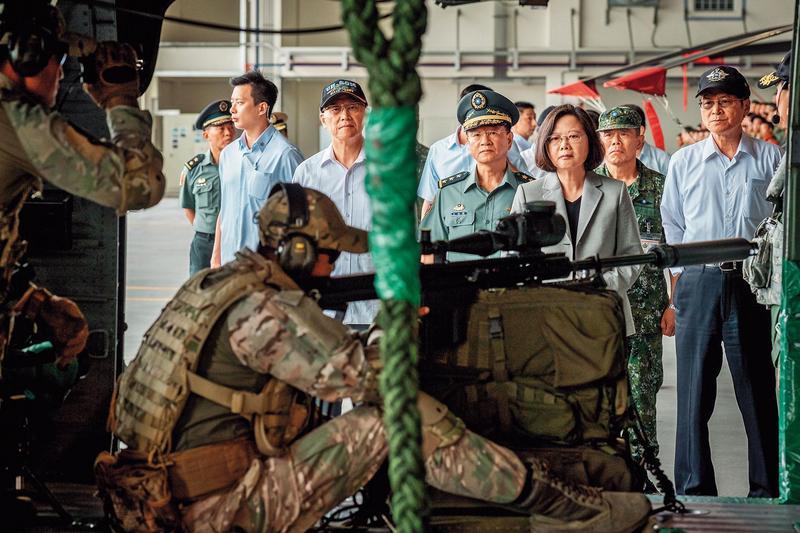 陸軍航特部602旅戰力堅強,總統蔡英文(右3)也曾親自視察。(總統府提供)
