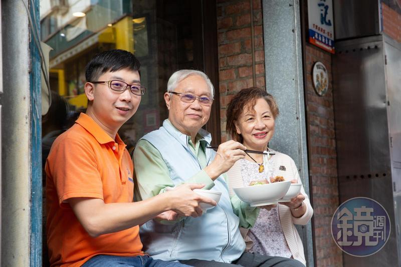1980年,杜漢琛(中)以家鄉味越南河粉在台北永康街闖出名號。左為三子杜與方、右為妻子鄭曼蕙。