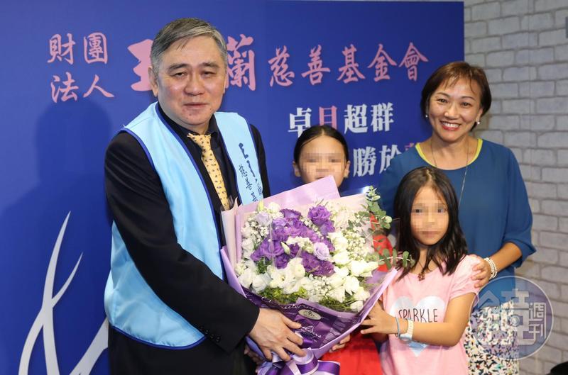 王文洋假日也拚公益,希望幫助弱勢孩童翻轉人生。