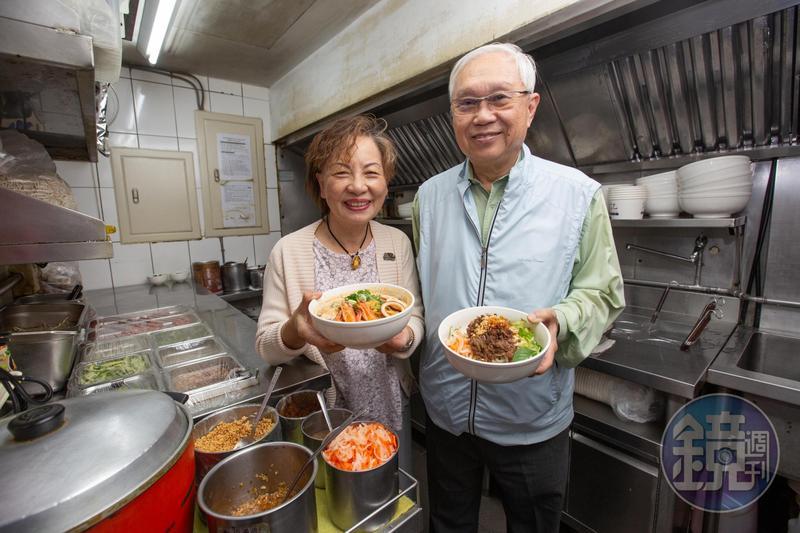 杜漢琛(右)對自己熬煮的湯頭頗具信心,1980年便與妻子鄭曼蕙(左)創立誠記。