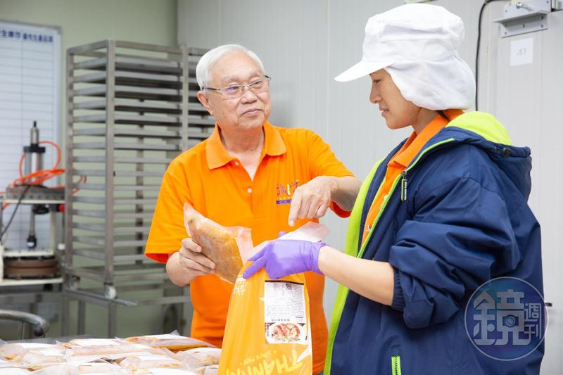 去年誠記在官網開賣冷凍即食商品,杜漢琛(左)樂得不斷研發新產品。