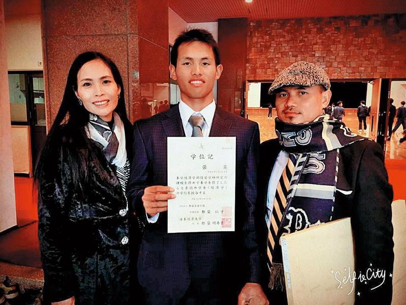 張奕的爸爸張正昌(右)坦承,陽岱鋼曾經很照顧張奕(中),但這幾年已經沒聯絡。(翻攝自張奕臉書)