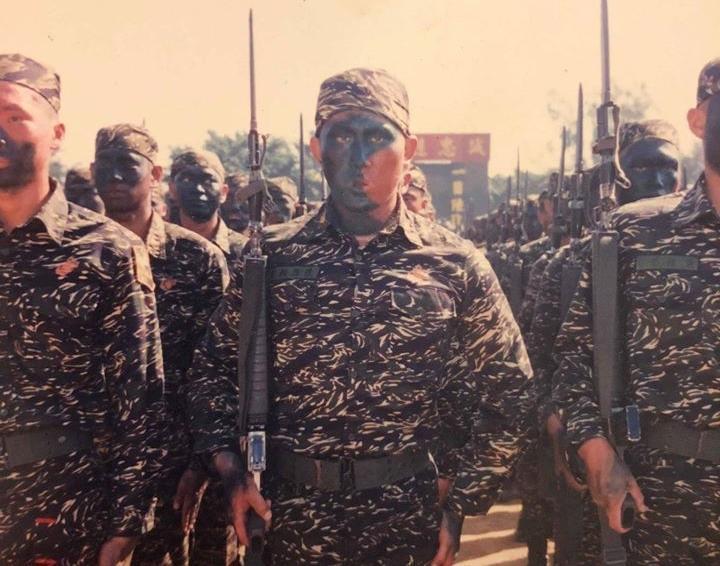 館長po出當年海陸服役英姿照,不忘怒轟吳斯懷「是一個背叛國軍、背叛人民的叛徒。」(翻攝自飆捍臉書粉專)