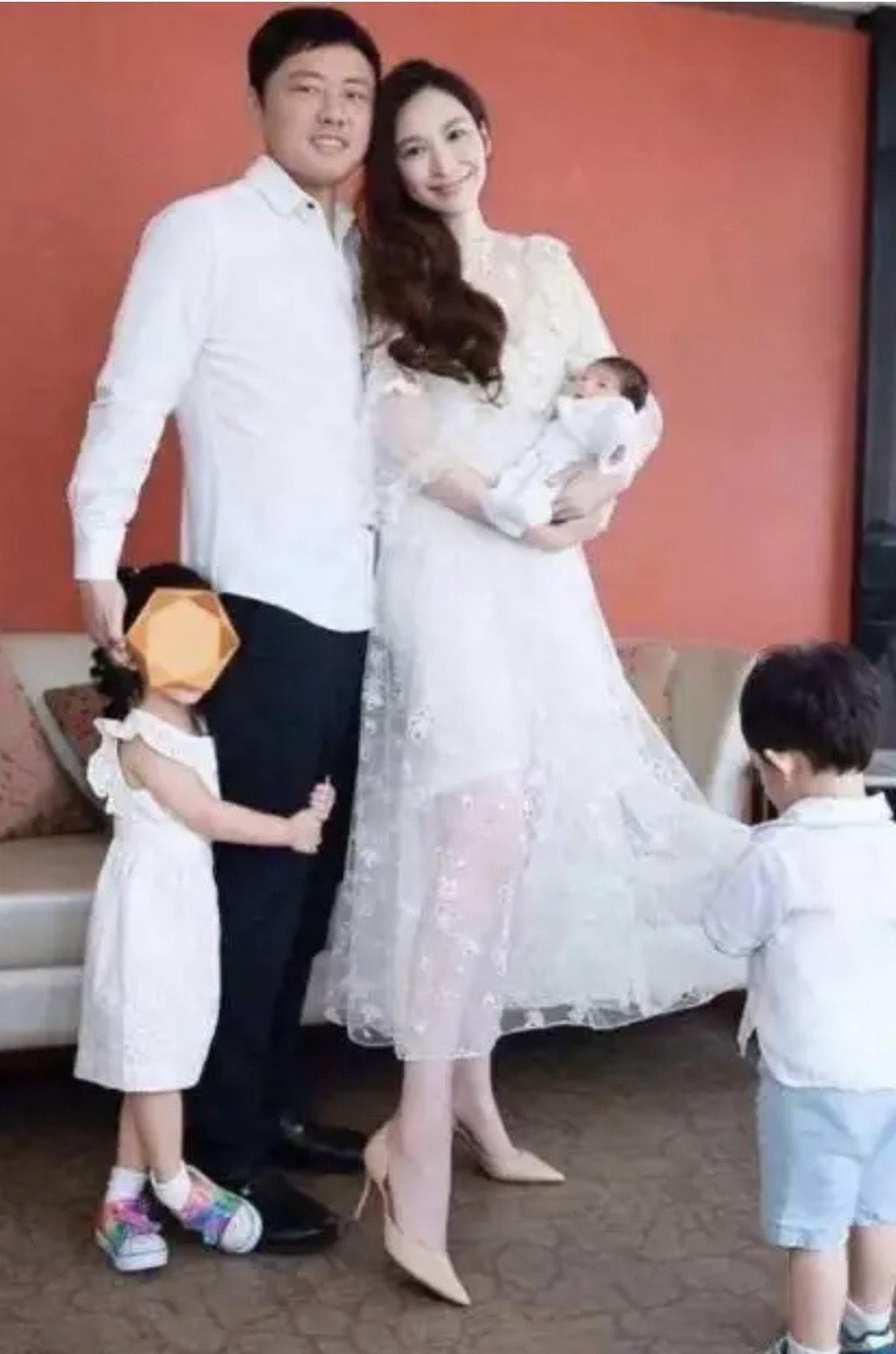 吳佩慈即便幫紀曉波生了3個小孩,肚裡還懷著第四胎,依然未獲正式名分。(翻攝自微博)