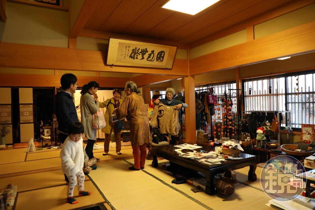 中島屋商店內隨意擺設洋服、商品,也吸引很多婆婆媽媽參觀。