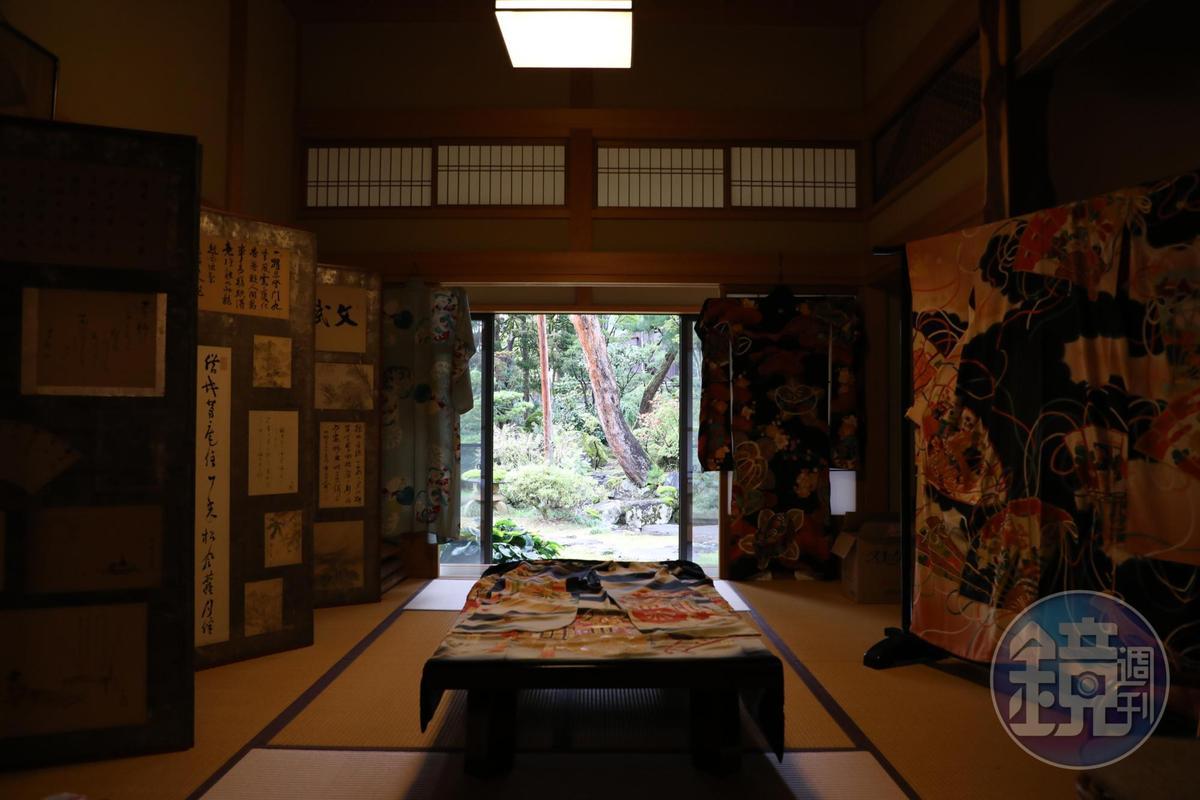 中島屋展示的和服布料,後方還有一個日式小庭院。