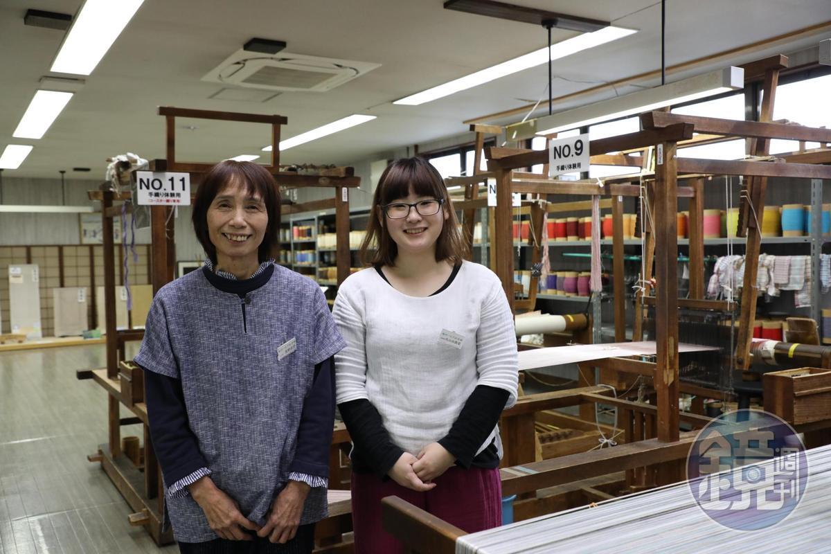 學習手工織布5年的丸山由貴菜(右)和學了2年的京野星子(左)是今天的織布小老師。