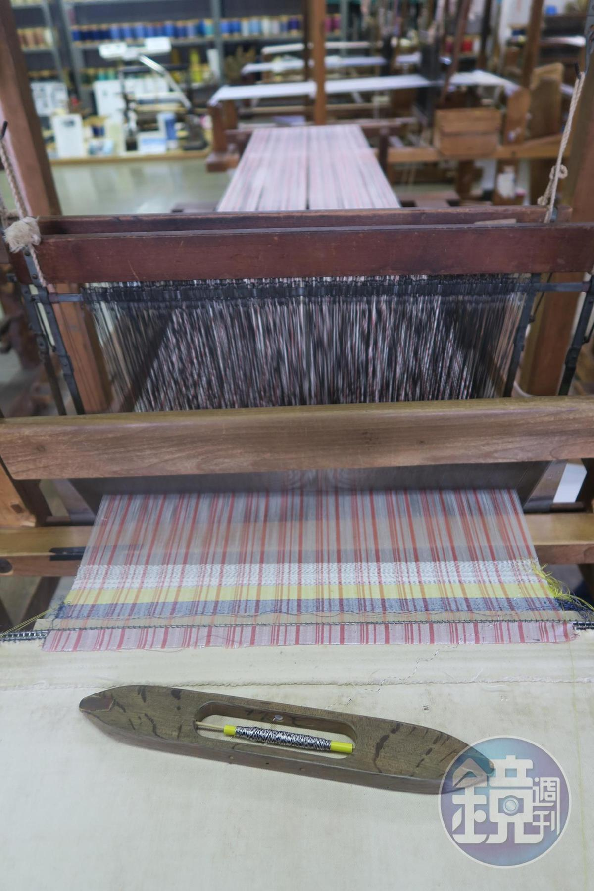 最後完成白、黃、藍3色,大約3公分的織布作品,可剪下來帶回家保存。