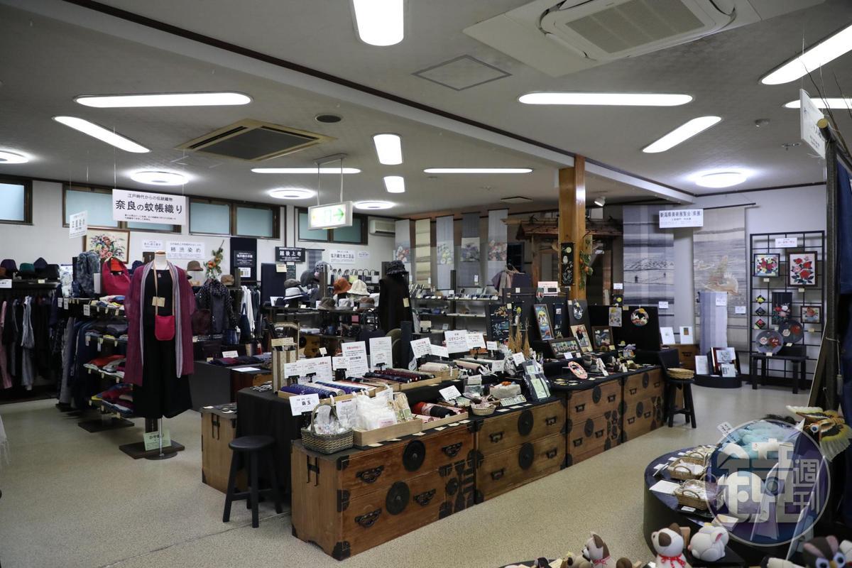 塩沢紬紀念館裡展示並販售各種傳統織物,也提供體驗活動。