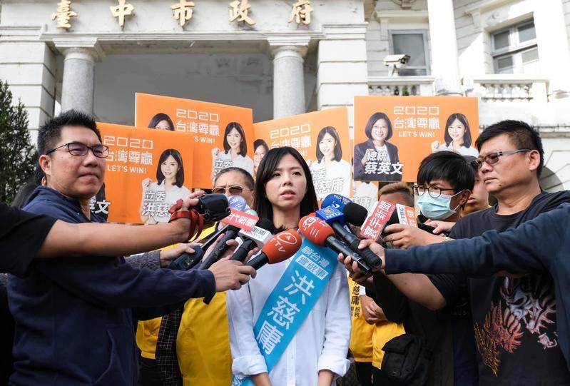 洪慈庸則反擊楊瓊瓔抹黑,霸氣回應她花3年多所爭取的建設,是楊過去1、20年做不到的事情。(翻攝自洪慈庸臉書)