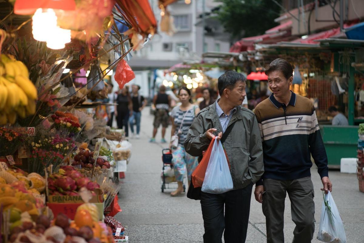 《叔.叔》有別於大部分的同志電影,2個主角一起去逛菜市場、下廚,就是他們談戀愛的活動。(采昌國際提供)