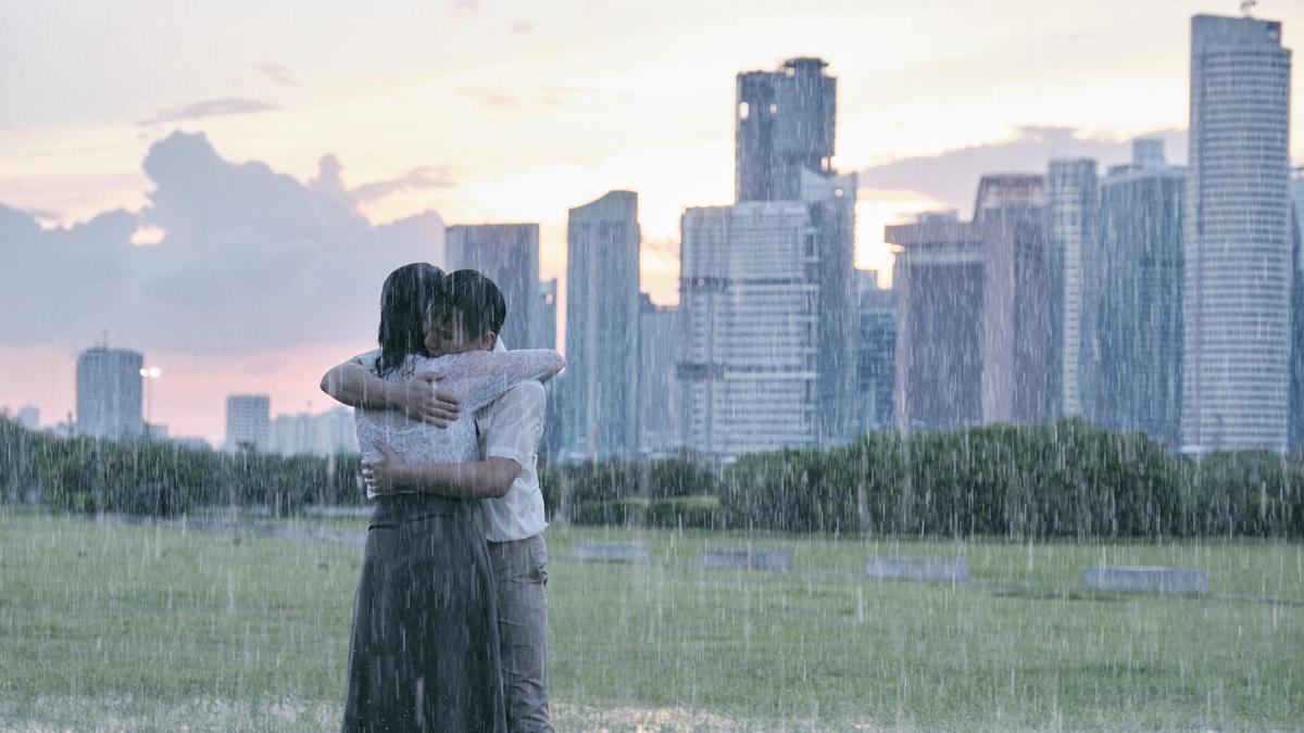 《熱帶雨》透過新加坡中學的華文老師阿玲,一路跌跌撞撞,從各種無奈的生活中,終於找回自我。(金馬執委會提供)