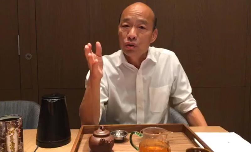 韓國瑜昨(20日)晚在臉書開直播「泡茶聊天」,談到大安區房產風波,他批評週刊「意圖使人不當選、有違選罷法」。(翻攝自韓國瑜臉書)