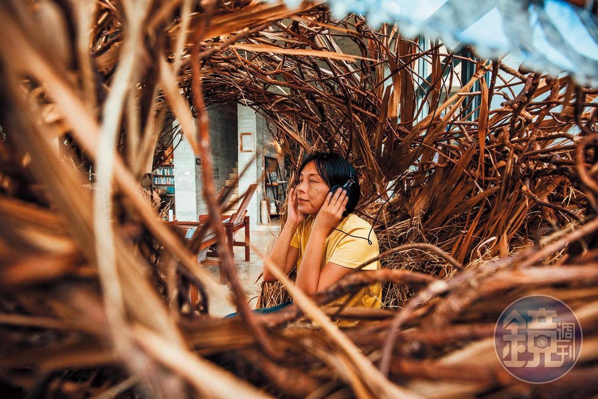 坐進像是鳥巢的空間,拿起耳機傾聽「漂流之音」。