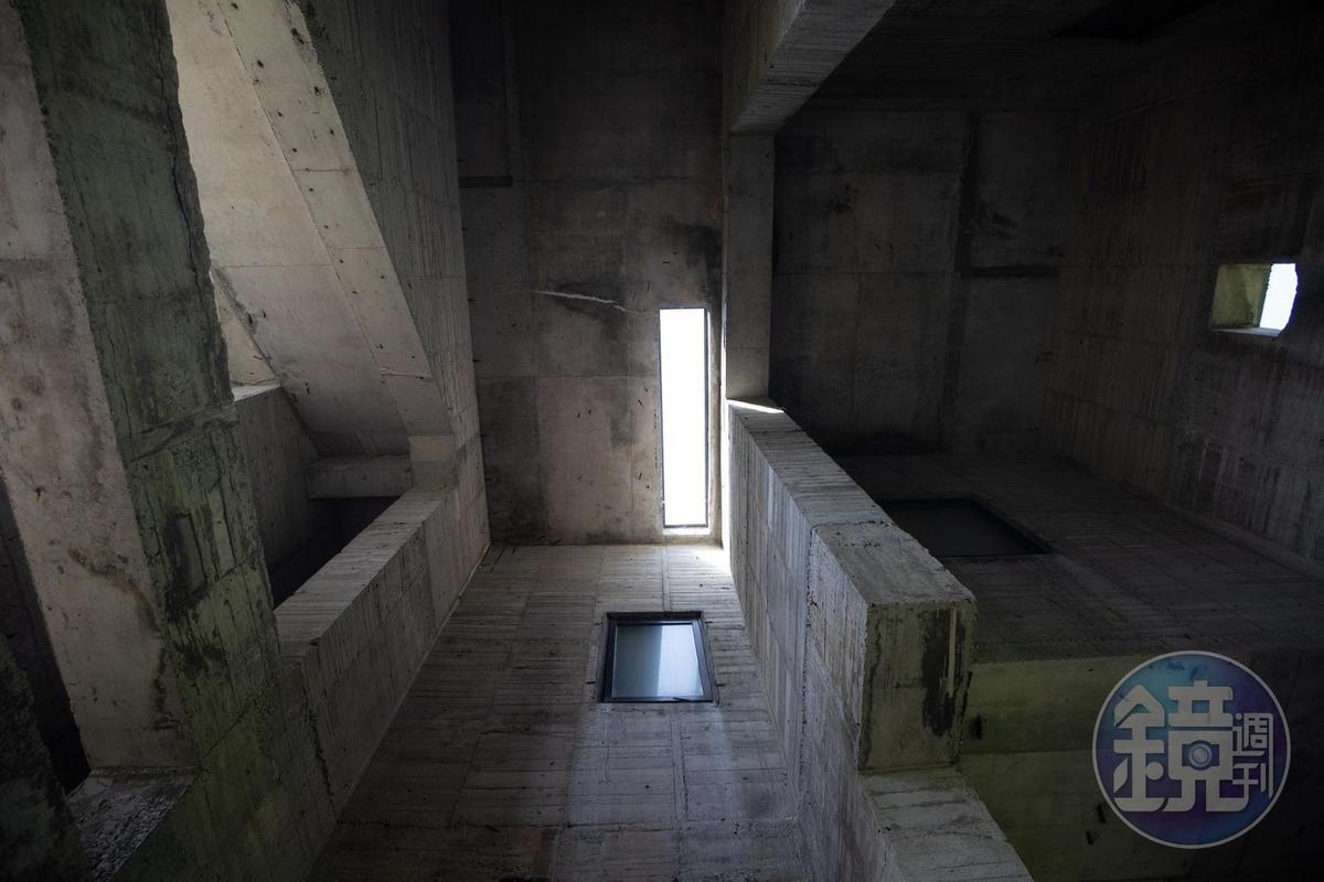 「石梯灣118」水泥空間,天窗引入自然光影。