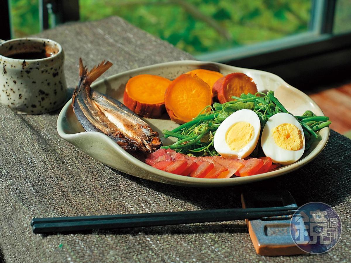 民宿小幫手手作的豐富早餐,有在地野菜、飛魚、鹹豬肉、地瓜與白煮蛋。