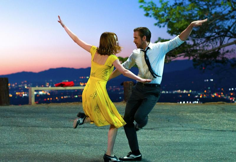 電影《樂來越愛你》由艾瑪史東(左)和萊恩葛斯林主演,兩人共舞合唱的「A Lovely Night」歌詞逗趣可愛。 (牛耳藝術提供)