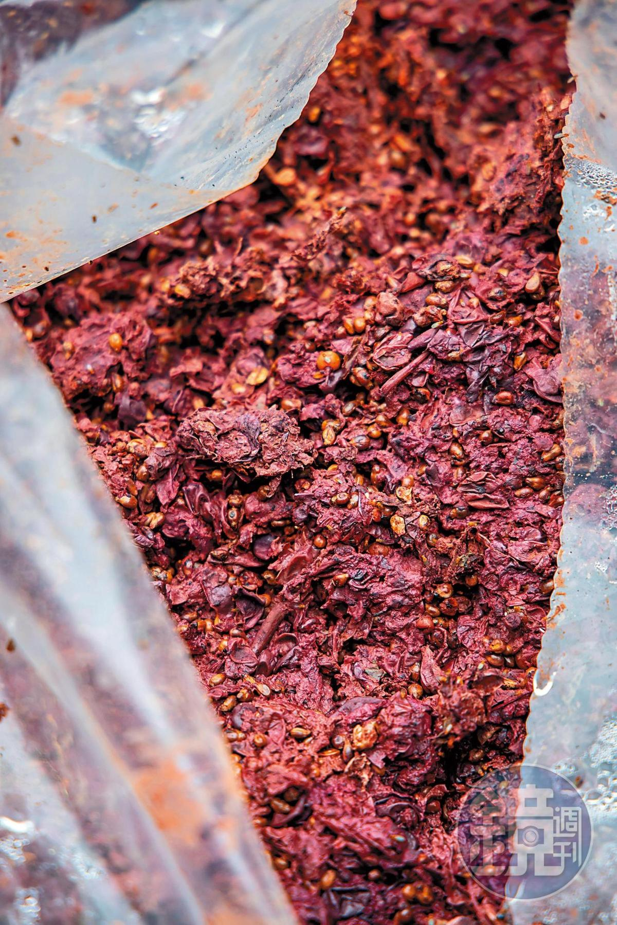 深色葡萄的果渣,蒸餾成品香氣也較為濃郁。