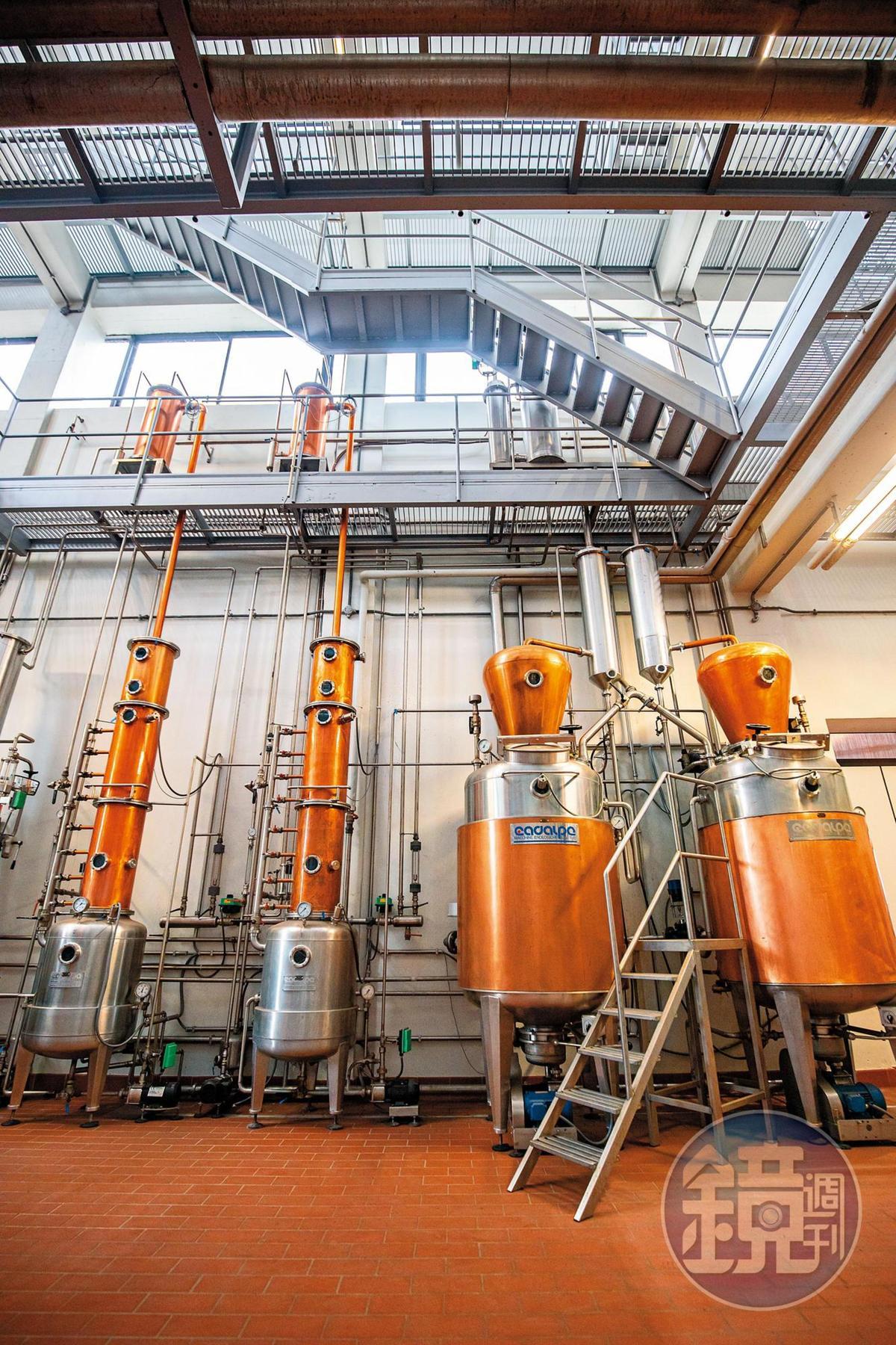 專利的直式蒸餾塔能完整保留葡萄的複雜風味。