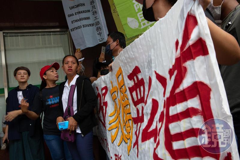 姊姊德娜(Digna Tagubasi)為替妹妹討回公道,在移工團體協助下於台北勞動部旁舉行記者會,控訴鼎元光電工安不足。
