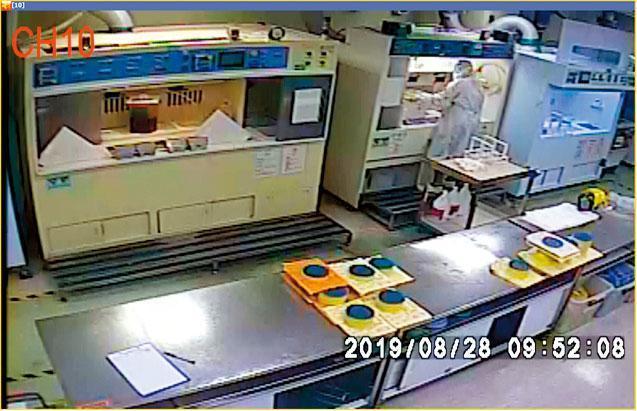 8月28日早上9點52分,德希莉於工作站發現化學蝕刻液溫度太低,拿起液槽到檯面上回溫。(翻攝勞檢報告)